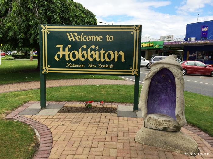 i-SITE付近にて、Welcome to Hobbitonの看板とガンダルフ風の椅子。