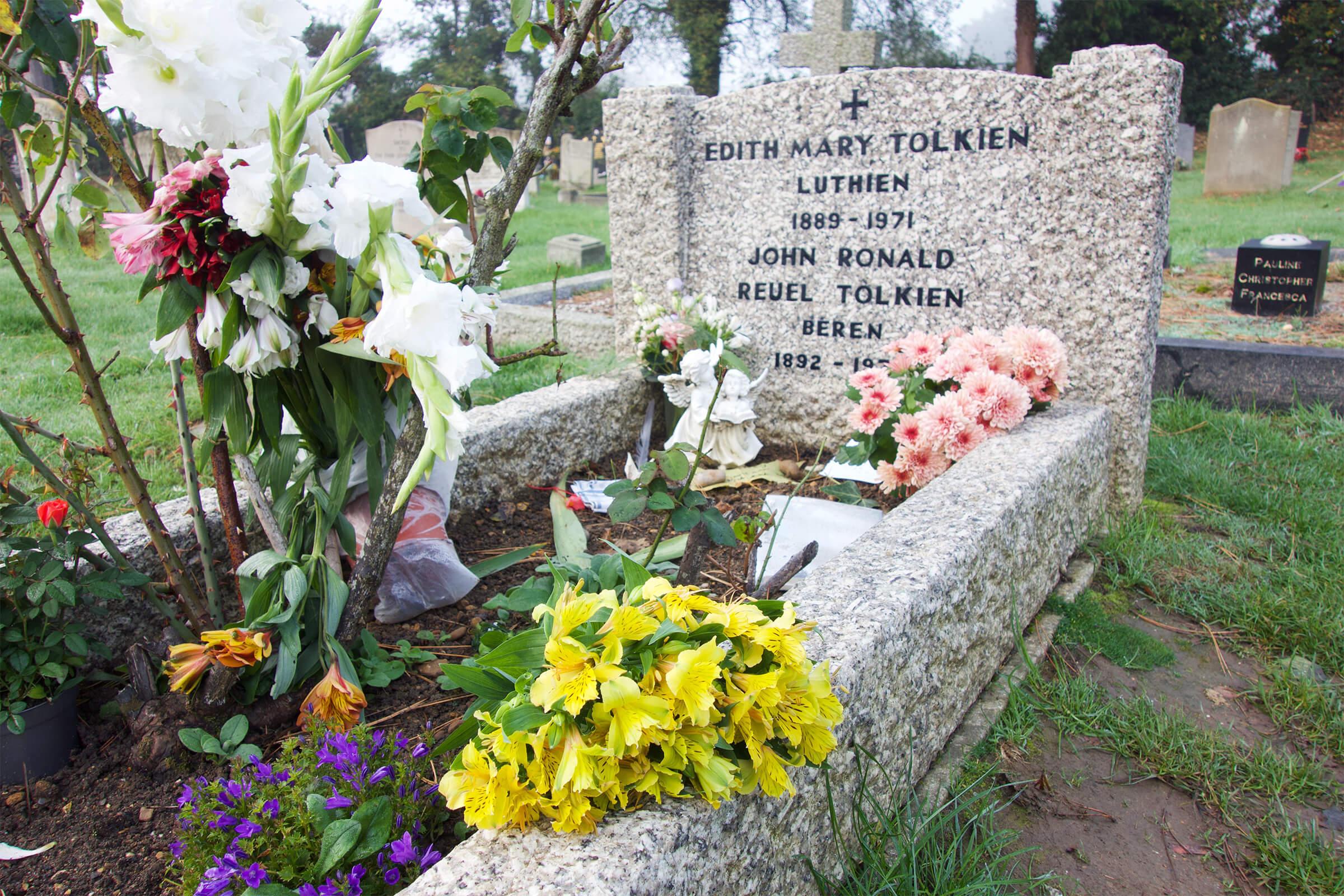写真:トールキン教授とエディスさんが眠るお墓